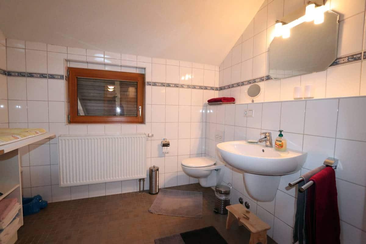 Großes Bad mit Waschbecken und Toilette und Wickeltisch