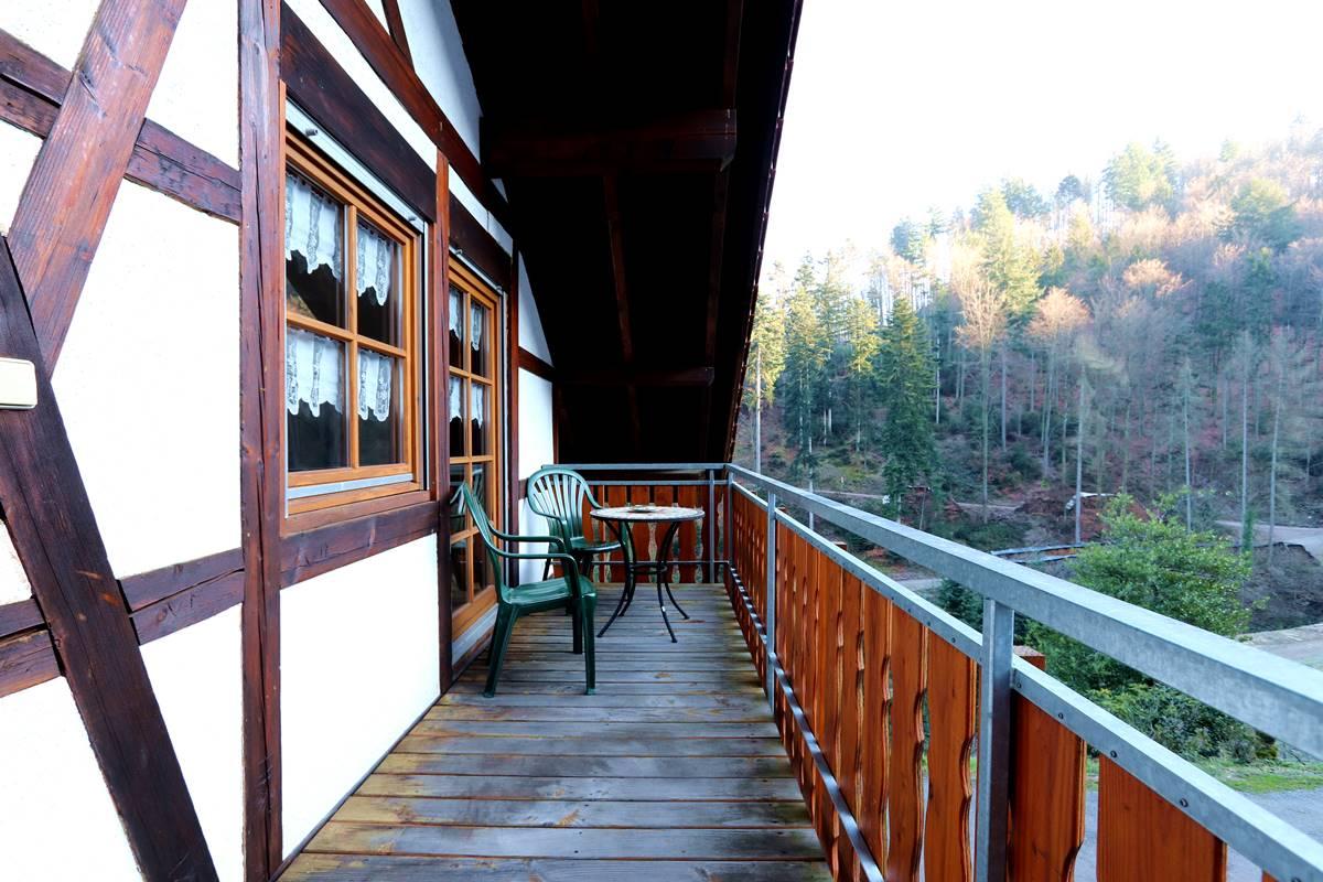 Großer Balkon mit Tisch und Stühle und Blick in den Schwarzwald