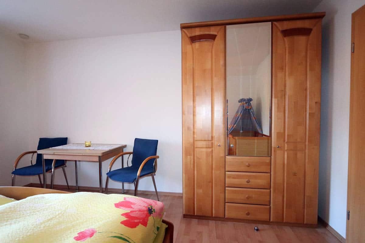 Großer Kleiderschrank mit Spiegel im Schlafzimmer