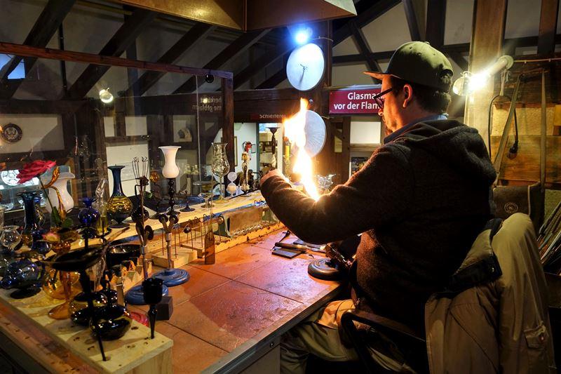 Glasbläser bei der Arbeit in der Dorotheenhütte in Wolfach