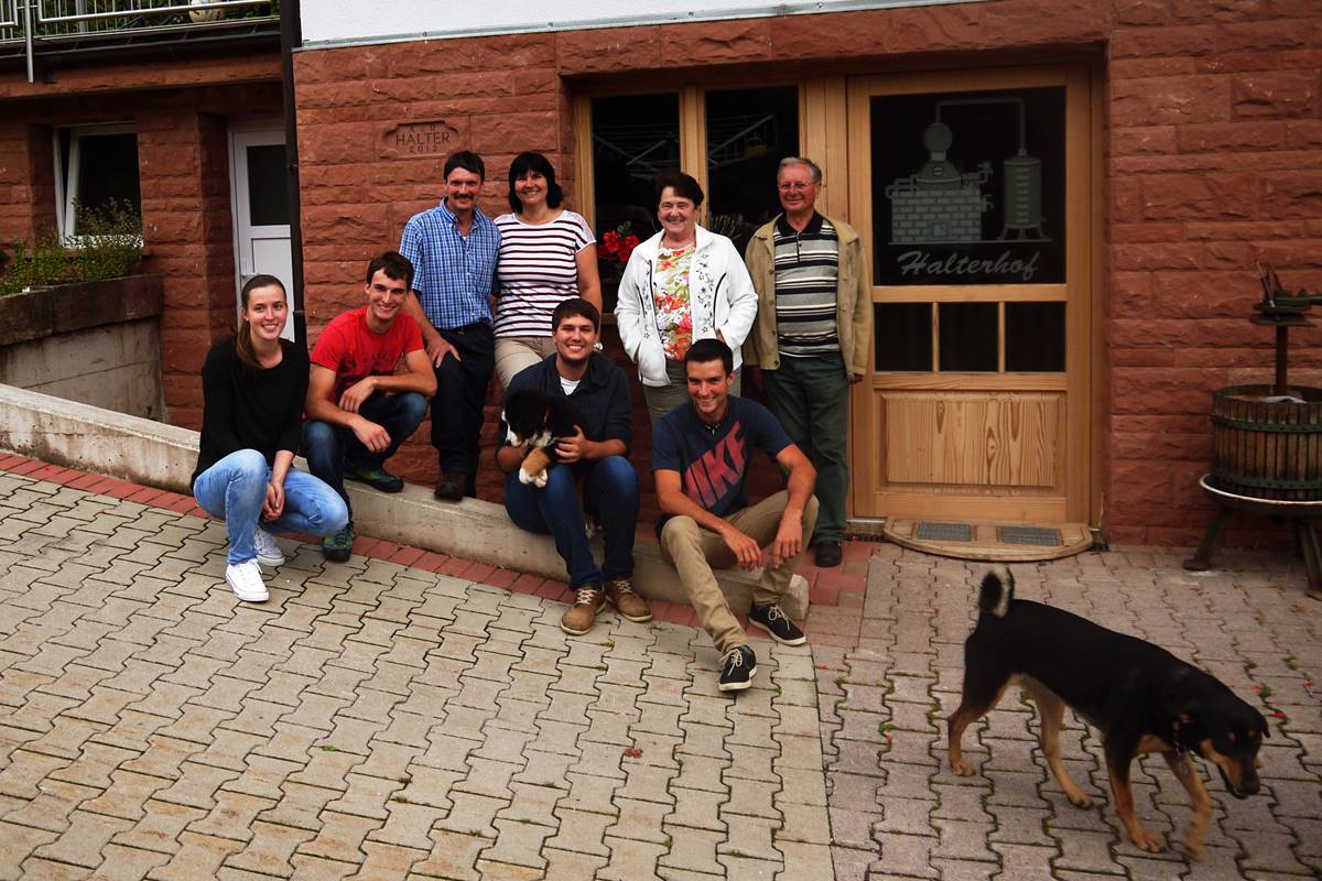Familie vom Halterhof mit Hunden vor der Brennerei