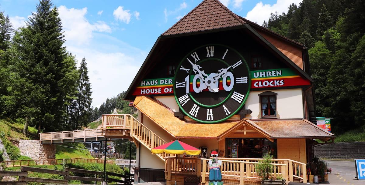 Große Kuckucksuhr an der Hauswand vom Haus der 1000 Uhren