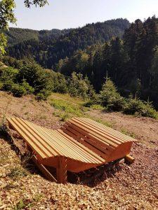 Relaxliege aus Holz am Premiumwanderweg Gebirge Höfe Weg in Durbach