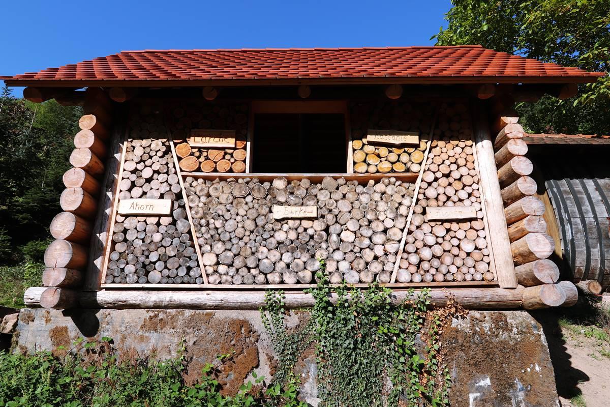 Die Blockhaushütte am Gebirger Höfe Weg in Durbach von unten aus gesehen