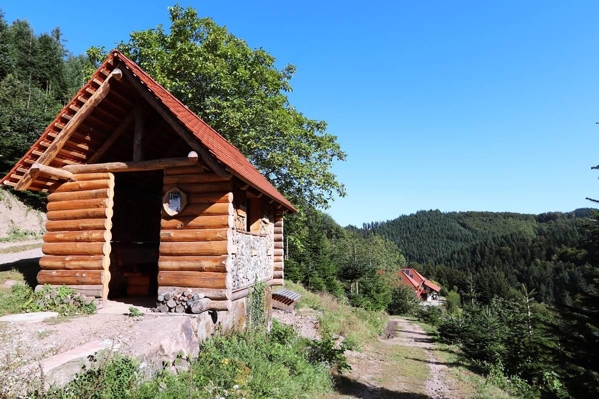 Blockhütte am Gebirger Höfe Weg mit Ausblick auf den Halterhof