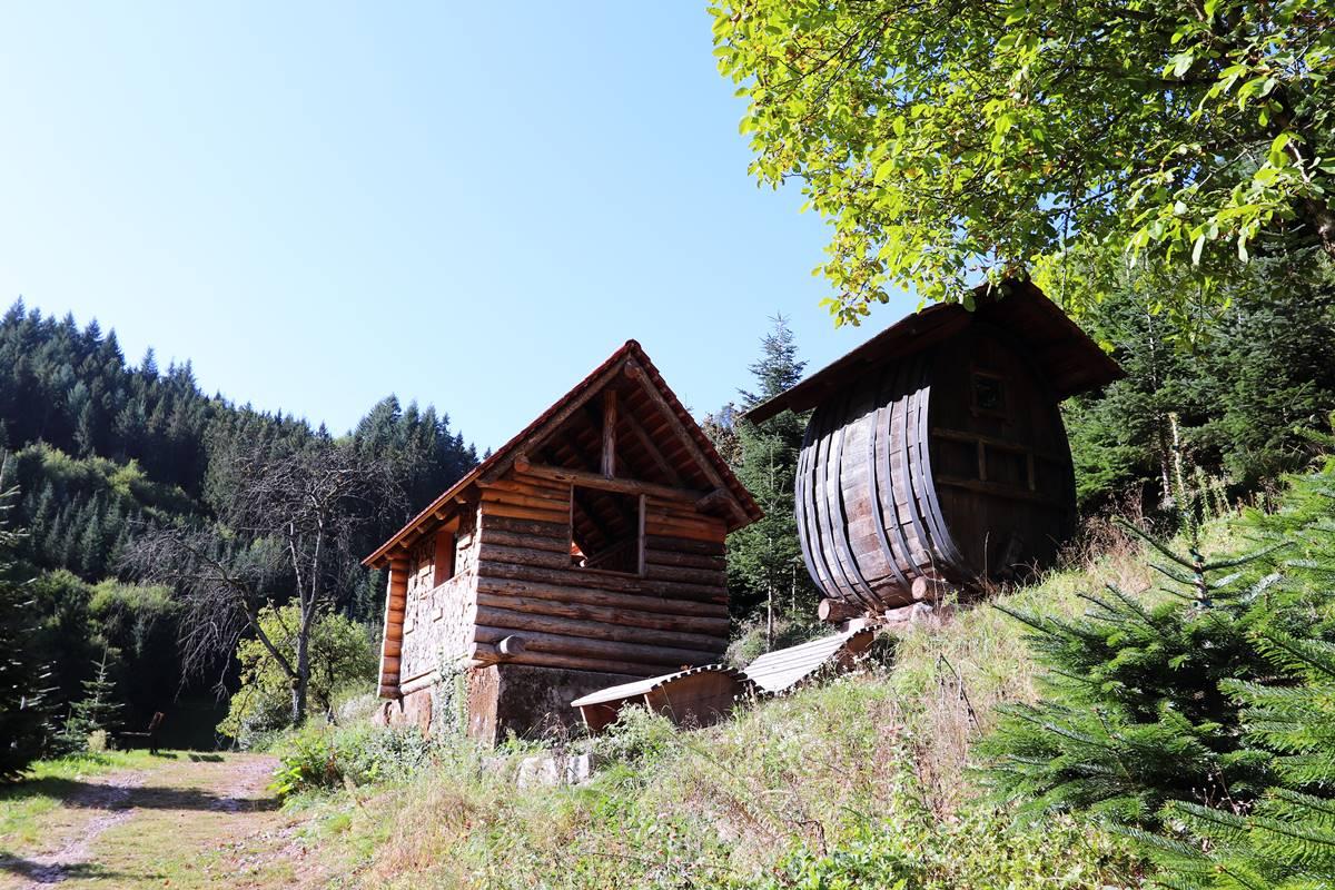 Blockhütte und Getränkefass auf dem Premiumwanderweg Gebirger Höfe Weg in Durbach