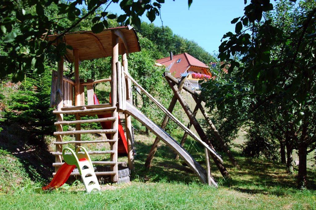 Kletterhaus mit Rutsche und Schaukel auf dem Spielpaltz vom Halterhof